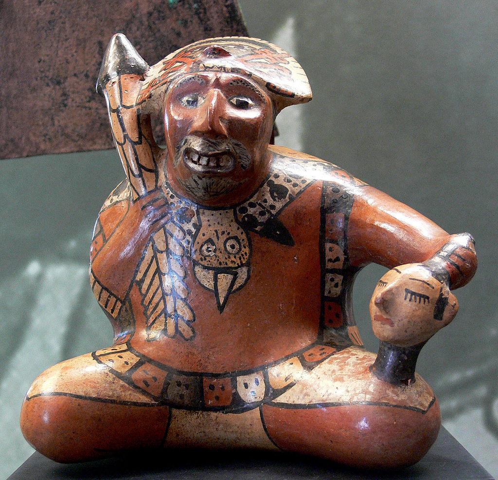 1024px-Krieger_mit_Trophäenkopf_Peru_Nazca_Slg_Ebnöther
